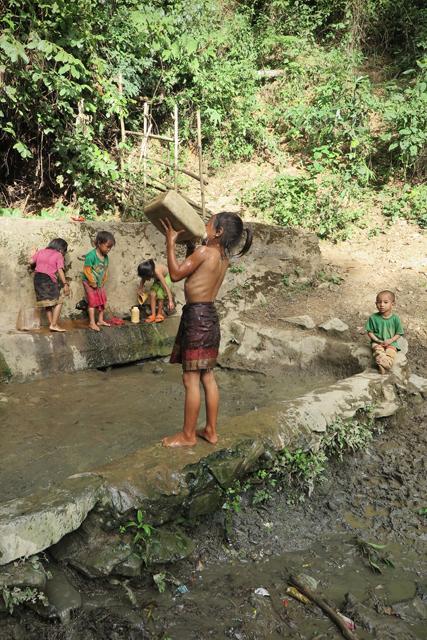 Dusche an der Quelle, Akha-Dorf in Nordlaos