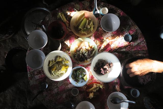 Frühstück im Akha-Dorf
