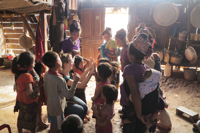 Spielen mit Kindern im Akha-Dorf in Nordlaos