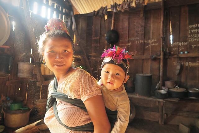 Baby mit spiritueller Kappe, ethnische Minderheit Akha