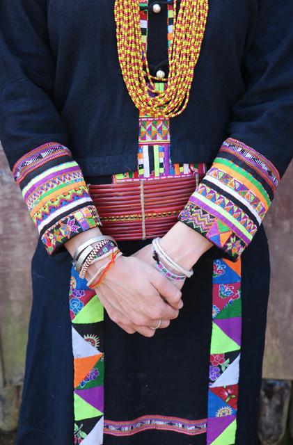 Traditionelles Gewand der ethnische Minderheit Akha