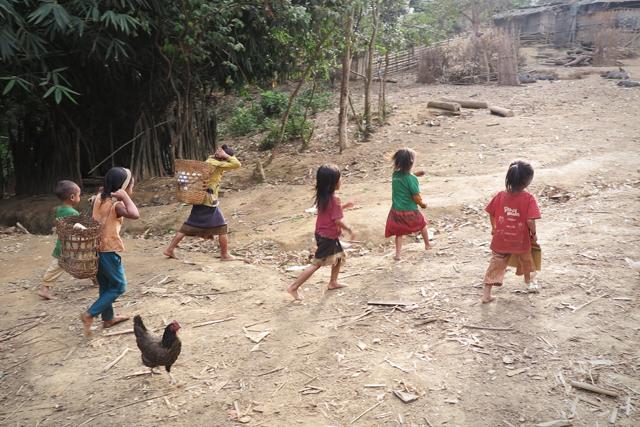 Kinder im Akha-Dorf, Nordlaos