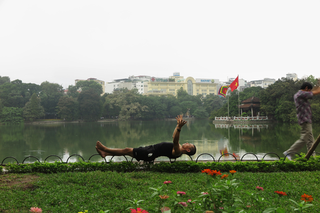 Deporte al lado del lago Hoan Kiem en Hanoi