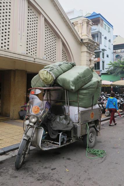 Vehículo cargado al máximo en Hanoi