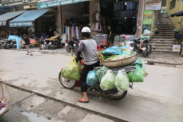 Moto muy cargada en Hanoi