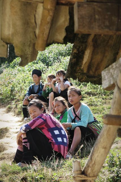 Mujer y niñas de la etnia Hmong, Sapa