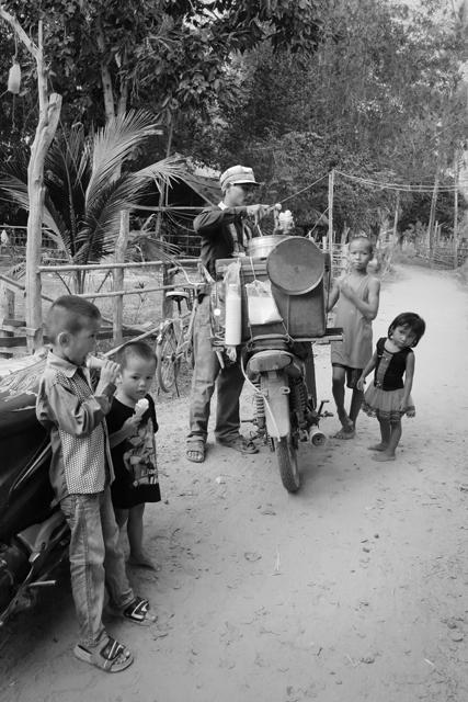 Vendedor ambulante de helados en la isla Don Det. Si Phan Don, Laos.
