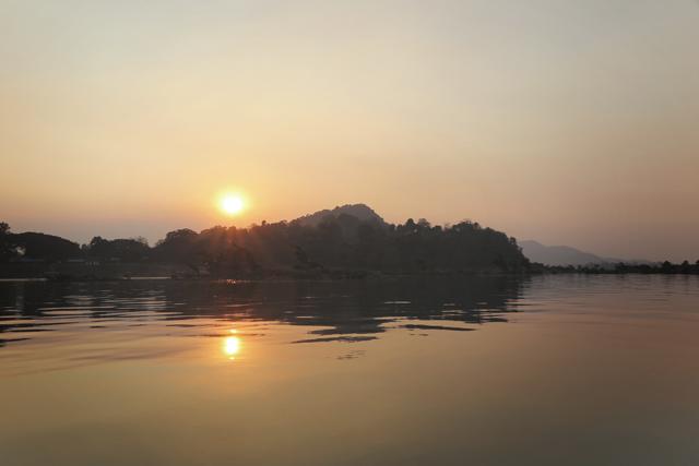 Vista de la puesta de sol desde un paseo en barco al sur de Don Khon. Si Phan Don, Laos.