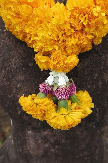 Collar floral para escultura en el templo de Wat Phu. Champasak, Laos