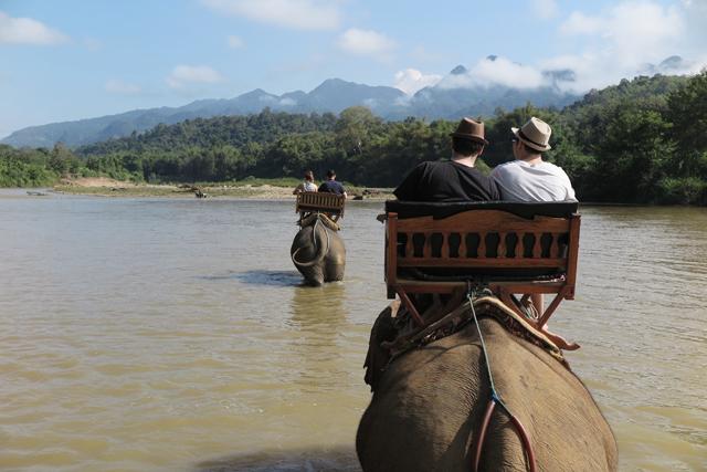 Paseo en elefante por el rio Nam Khan, en el Elephant Village, cerca de Luang Prabang, Laos