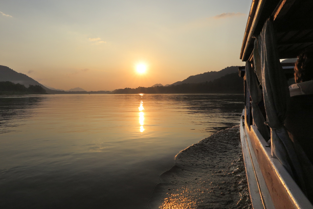 Vista del rio Mekong al atardecer, regresando de la cueva Pak Ou a Luang Prabang, en Laos.