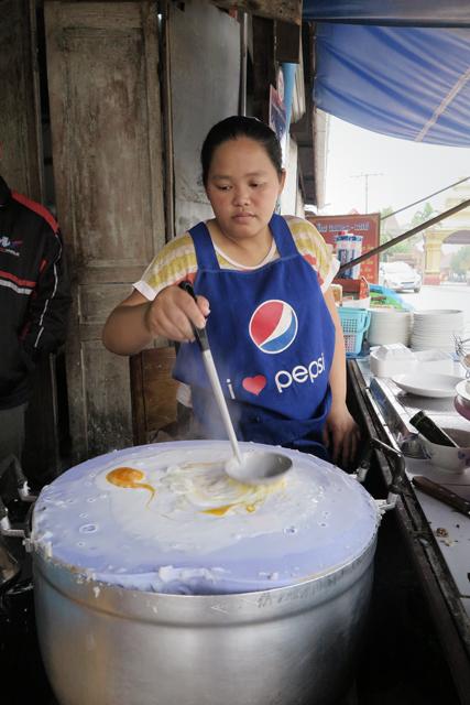 Cocinera reparando Nem Kao para desayunos, en Luang Prabang, Laos.