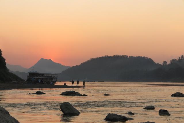 Puesta de sol desde la orilla del rio Mekong y Nam Khan, en Luang Prabang, Laos.