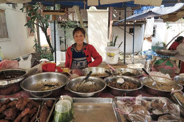 Puesto callejero de comida para lleva, en Luang Prabang, Laos