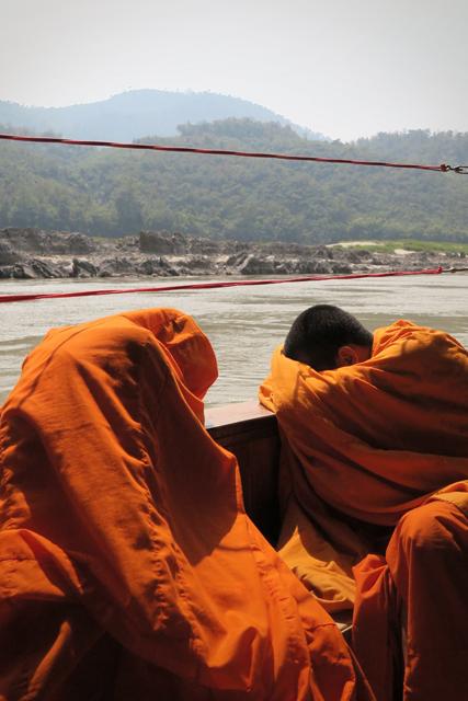 Zwei Mönche beim Mittagsschlaf, Laos.