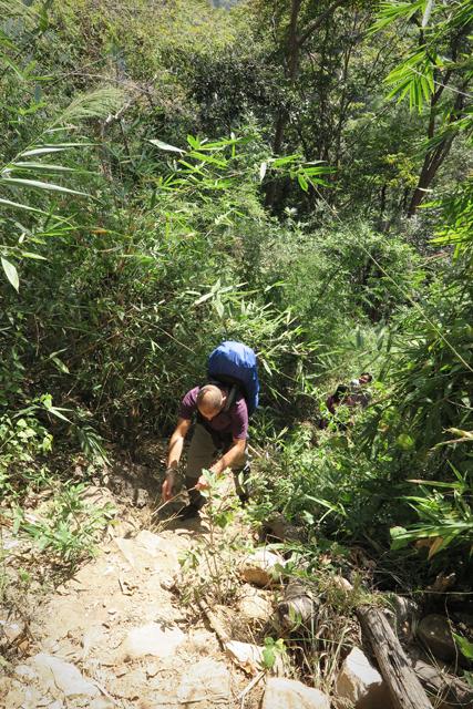 Steiler Aufstieg zurück zum Parkplatz am Wasserfall Tad Katamtok, Laos.