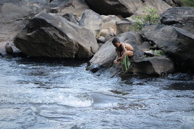 Junge am Wasser. Tad Tayicsua, Laos.